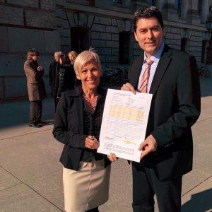 Die beiden SPD-Bundestagsabgeordneten Bettina Müller und Dr. Sascha Raabe mit dem Stein des Anstoßes: ein Stundenzettel zur Arbeitszeiterfassung