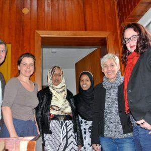 Foto v.r.n.l.: Lisa Gnadl, MdL. Bettina Müller, MdB, 2 Bewohnerinnen in der Flüchtlingsunterkunft, Jugendpflegerin u. Flüchtlingsbetreuerin Tanja Velten, Bürgermeister Adolf Ludwig