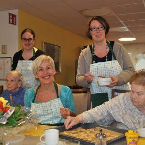 v.l.n.r.: stehend: Aufsichtsratsvorsitzende Susanne Simmler, Bettina Müller, MdB und Lisa Gnadl, MdL sowie Bewohner der Einrichtung