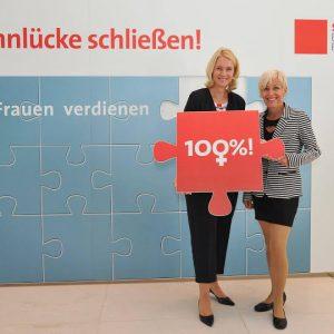 Bettina Müller, MdB mit Manuela Schwesig, Bundesministerin für Familie, Senioren, Frauen und Jugend (Foto: Andreas Amann)