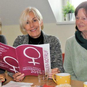 Die SPD-Bundestagsabgeordnete Bettina Müller im Gespräch mit Renate Fleischer Neumann (re.) und Christa Mansky (li.) vom Frauen-Notruf Wetterau.