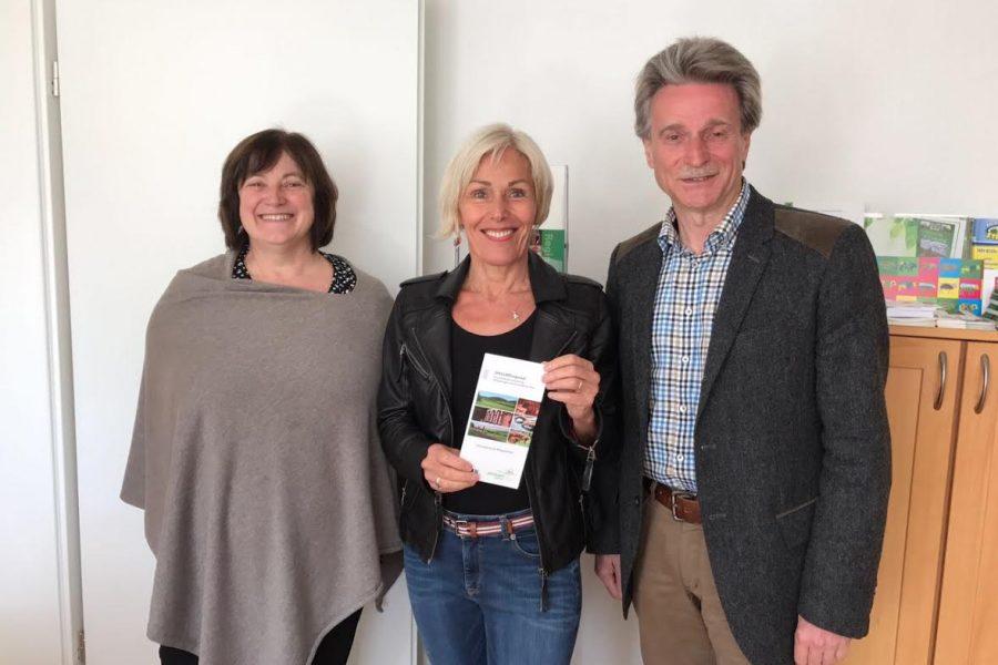 """SPD-Bundestagsabgeordnete Bettina Müller (Mitte) mit Sabine Jennert und Thomas Dickert von """"SPESSARTregional""""."""
