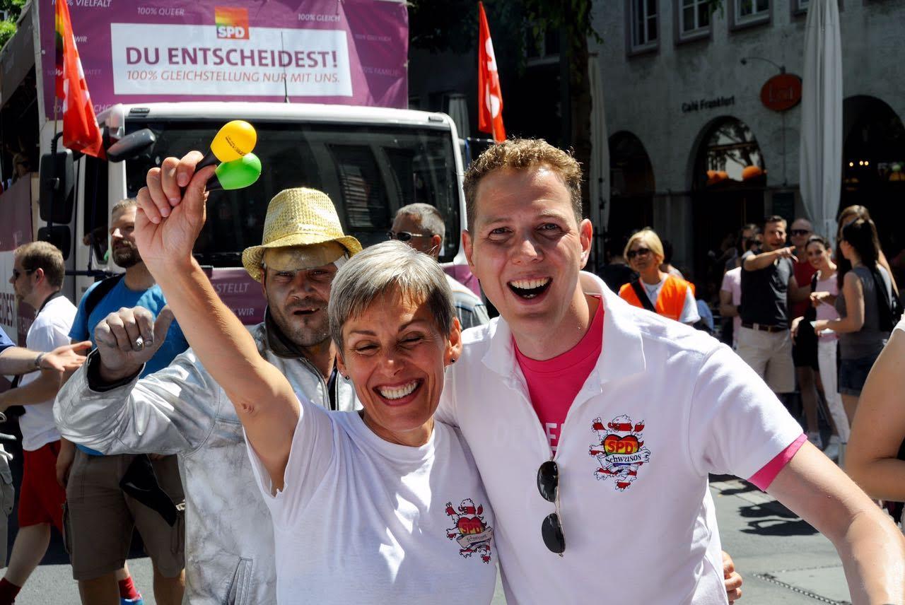 Bettina Müller und Christoph Degen beim CSD Frankfurt 2014. Beide setzen sich seit Jahren für die Öffnung der Ehe für gleichgeschlechtliche Paare ein.