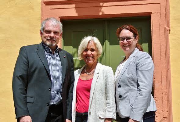 Bettina Müller und Lisa Gnadl mit Gederns Bürgermeister Guido Kempel