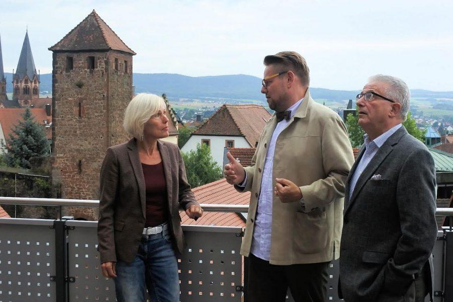Bettina Müller im Gespräch mit Hospizleiter Frank Hieret und Förderkreis-Mitglied Eugen Glöckner