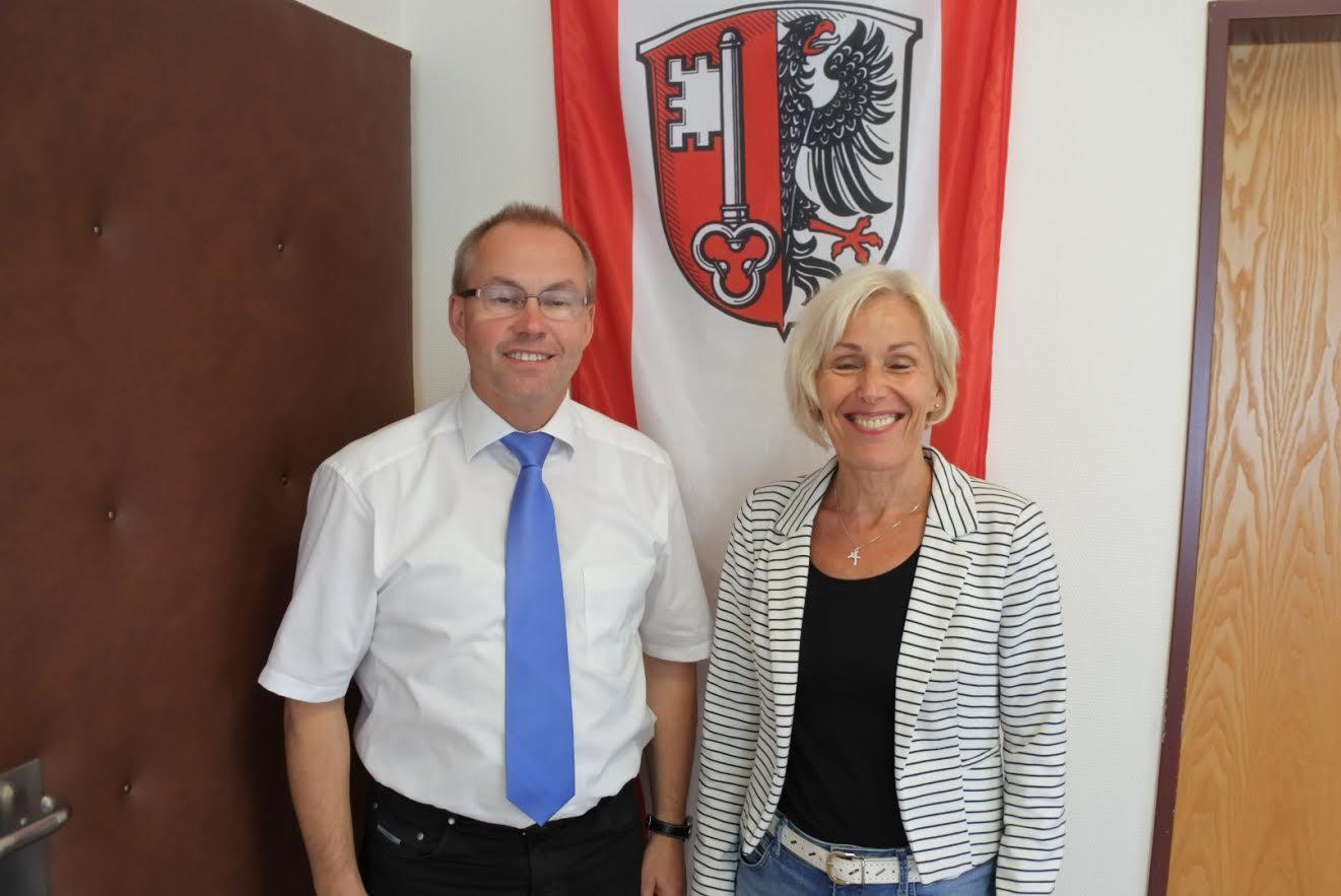 Bettina Müller (SPD) im Gespräch mit Gründaus Bürgermeister Helfrich