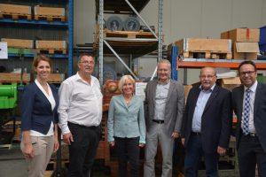 Bundestagsabgeordnete Bettina Müller, Landtagsabgeordneter Heinz Lotz und Bürgermeister Andreas Weiher im Gespräch mit der Geschäftsführung