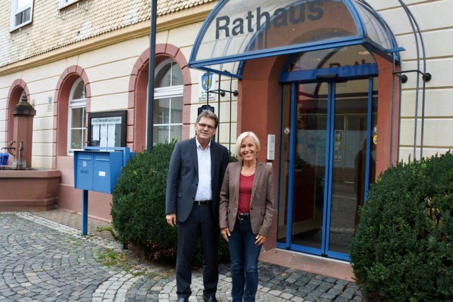 Bettina Müller und Lothar Büttner vor dem Rathaus Bad Soden-Salmünster