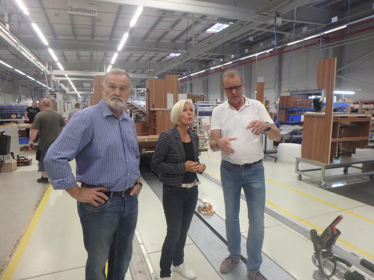 Im Fachgespräch: SPD-Bundestagsabgeordnete Bettina Müller mit Produktionsleiter Norbert Frisch und dem Sinntaler-SPD-Mann Eugen Schüßler.