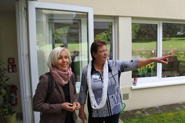"""Zu Besuch im """"Haus am Vierstädtepark"""": Die SPD-Bundestagsabgeordnete Bettina Müller ließ sich von Einrichtungsleiterin Tina Becker das Konzept erläutern."""